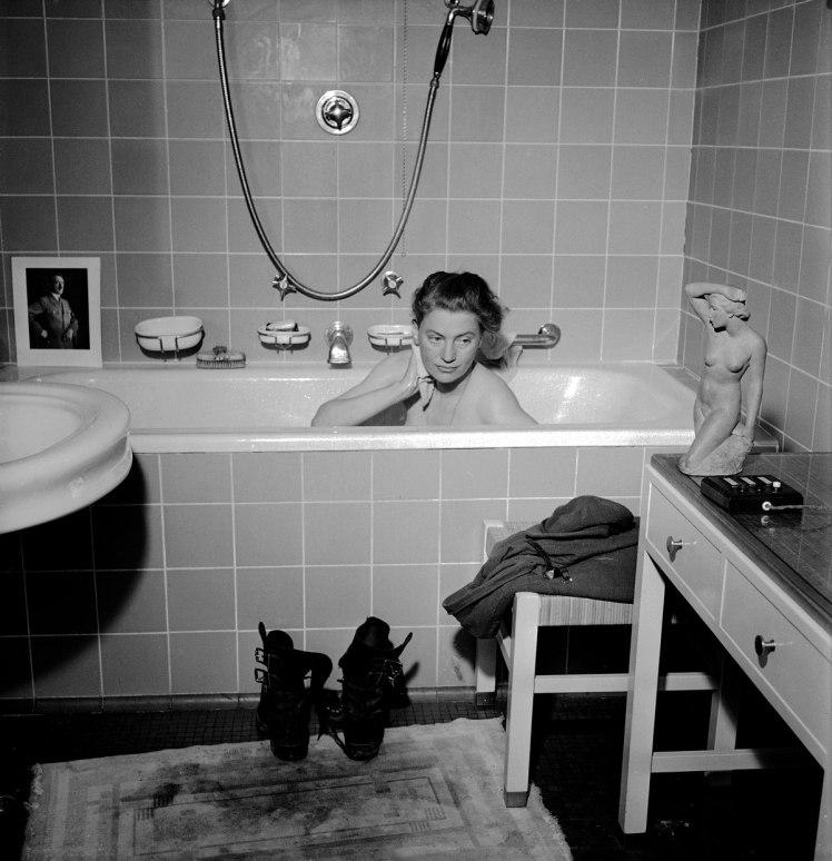 lee-miller-in-hitlers-bathtub-web